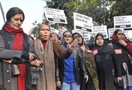 """Ấn Độ: Cảnh sát """"cướp xác"""" thiếu nữ bị cưỡng hiếp"""