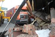 Xe container lao vào nhà, 2 bố con chết tức tưởi