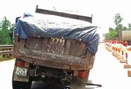Đang chạy trên QL1, xe tải văng bánh ra ngoài