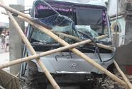 Xe khách mất lái lao vào nhà dân, 3 người bị thương