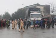 Vướng chân chống ngã xuống đường, 1 phụ nữ bị xe tải cán chết
