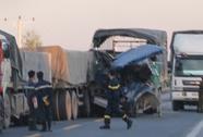 Tông vào đuôi xe đầu kéo, phụ xe tải tử vong, tài xế nguy kịch