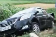 Tàu hỏa tông ô tô bay xuống ruộng, 3 người thoát nạn trong gang tấc