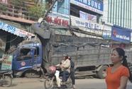 Nổ vỏ, xe tải tông vào nhà ven đường