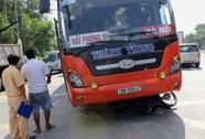 Xe máy va chạm xe khách, 2 người nhập viện