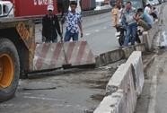 Xe container húc văng dải phân cách, nằm chết máy giữa cầu