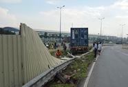 Mất lái, xe container ủi bay gần 10 m hàng rào chắn