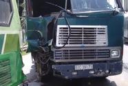 Xe đầu kéo tông xe buýt, bé 3 tuổi bị chấn thương