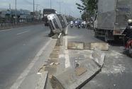 Xe con tông dải phân cách, xe máy suýt bị vạ