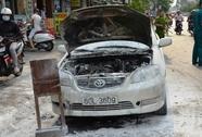 Ô tô bốc cháy dữ dội giữa đường