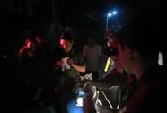 Dân chặn bắt xe tải đổ trộm hàng trăm bao chất thải