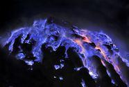 Núi lửa phát ánh sáng xanh kỳ ảo trong đêm