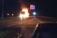 Xe buýt lưu diễn của Miley Cyrus bốc cháy dữ dội