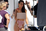 """Siêu mẫu Izabel Goulart """"ngực trần"""" trên bãi biển"""