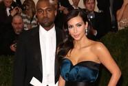 """Lộ thiệp cưới của Kim """"siêu vòng ba"""" và Kanye"""