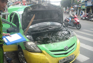 Đang lưu thông, taxi bốc cháy ngùn ngụt
