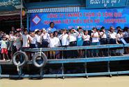 Tặng quà cho học sinh nghèo tại Campuchia