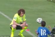 Neymar cảm động trước tình yêu bóng đá của cậu bé tật nguyền