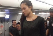 """Vụ """"2 bà, 1 ông"""" đánh nhau trên máy bay: Người tình bổ guốc vào mặt vợ"""