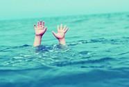 Đùa giỡn, đẩy em xuống sông làm em đuối nước