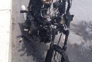 Xe mô tô bốc cháy dữ dội trên cầu Cần Thơ