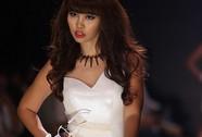 Hà Anh bị cấm diễn 3 tháng vì mặc phản cảm