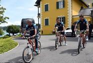 HLV Mourinho tung tăng đạp xe cùng học trò đến sân tập