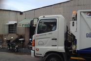 Hốt hoảng việc bé trai 5 tuổi điều khiển xe chở rác