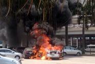 Ô tô bất ngờ bốc cháy dữ dội tại sân bay Nội Bài