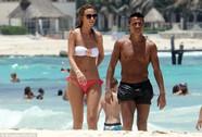 Sanchez khoe da rám nắng bên bạn gái nóng bỏng
