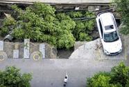 """Trung Quốc: Hố tử thần """"nuốt chửng"""" bãi đậu xe hơi"""