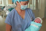 Vợ chiến sĩ bị thương trong vụ trực thăng rơi sinh con trai