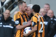 Tấn công cầu thủ, HLV Alan Pardew bị phạt 100.000 bảng