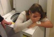 Chơi trốn tìm, kẹt trong máy giặt 90 phút