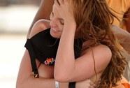 Vợ tiền vệ Wolverhampton nóng bỏng trên bãi biển
