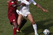 """Cầu thủ Ghana bị kéo quần, suýt lộ """"hàng"""" trên sân"""