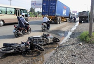 Va chạm xe máy, cô gái bị cán nát đôi chân