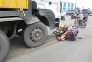 Chờ đèn đỏ, hai mẹ con bị xe tải kéo lê trên đường