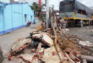 Sập tường tại bãi giữ xe, 7 người thoát chết