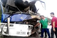 Xe khách va chạm xe container, 3 khách Trung Quốc bị thương