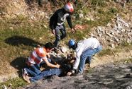 Xe máy tông ô tô, người rơi xuống vực
