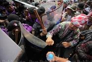 Bà Yingluck kiện người biểu tình