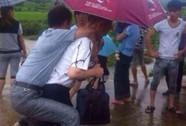 Trung Quốc: Quan bị cách chức vì sợ ướt giày