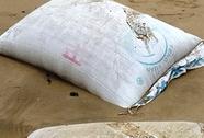 Liên tục vớt được nhiều bao tải chứa chất lạ in chữ Trung Quốc