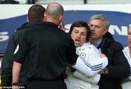 Trợ lý của HLV Mourinho bị cấm đến sân 6 trận