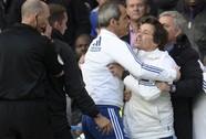 """Trợ lý Chelsea thay HLV Mourinho """"hỏi tội"""" trọng tài"""