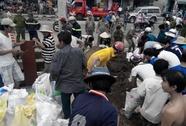 Hàng trăm người dân chặn dòng nước, tìm bé bị lọt cống