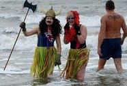 Mặc bikini bơi trong băng giá đón năm mới