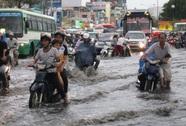 Tan ca, người dân TP HCM bì bõm lội nước về nhà