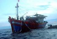 Cứu 6 ngư dân trong vùng biển có lốc xoáy